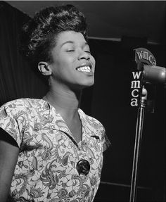 Jazz vocalist Sarah Vaughan won her way to fame through a talent show at the famed Apollo Theatre in Harlem, New York. We remember Vaughan's life today as well as the lives of other notable people who died this day in history. Jazz Artists, Jazz Musicians, Top Artists, Music Artists, Pop Rock, Jazz Blues, Female Singers, Vintage Photos, Celebrities