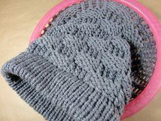 Teje en punto canasta un gorro slouchy beanie con telar circular Round Loom Knitting, Loom Scarf, Loom Knitting Stitches, Loom Knit Hat, Knitting Machine Patterns, Knifty Knitter, Loom Knitting Projects, Knitting Videos, Loom Patterns