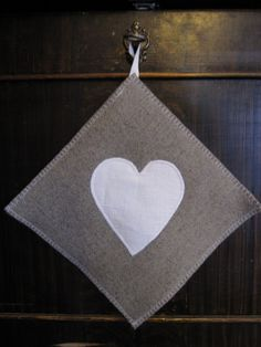 Tyylivinkki Maalaisromanttinen patalappu <3 Craft Ideas, Sewing, Diy, Crafts, Dressmaking, Manualidades, Couture, Bricolage, Stitching