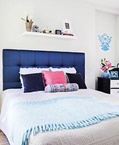 Makuuhuoneen tummansininen sängynpääty on ryhdikäs ja tuo huoneeseen särmää…