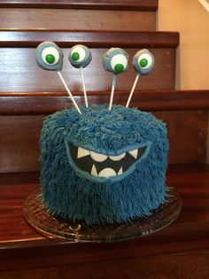 A four eyed alien birthday cake!