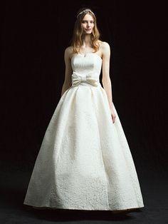 プルミエ(Premier) 銀座 丸みを帯びたバルーンスカートと中央のビッグリボンが女心をくすぐる、レトロ&ガーリーなドレス。