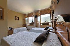 Habitación triple con 3 camas de 1,05, con vistas al valle del Río Mundo. Estas habitaciones son ideales para familias con niños pequeños.