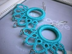 Tutorial Orecchini Rotondi all& Uncinetto Needle Tatting Tutorial, Needle Tatting Patterns, Beading Patterns, Crochet Patterns, Tatting Earrings, Tatting Jewelry, Tatting Lace, Crochet Earrings, Freeform Crochet