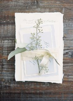 Looking for ideas on wedding invitation suite assembly on a budget? I love how minimal and elegant (and dreamy) this suite looks assembled with a touch of botanic element. Natural, organic, perfect for a classic garden wedding! SAVE to your wedding inspiration & planning board>>