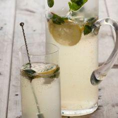 Sparkling lemonade cocktail Z Sparkling Strawberry Lemonade, Raspberry Cocktail, Pineapple Lemonade, Lemonade Cocktail, Mint Lemonade, Blueberry Lemonade, Lavender Lemonade, Sangria, Frames