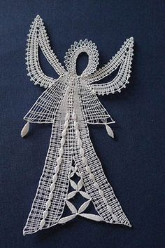 Anděl od Jindřišky Švecové Bobbin Lace Patterns, Crochet Patterns, Fabric Stiffener, Types Of Lace, Hairpin Lace, Diy Art Projects, Lacemaking, Lace Heart, Lace Jewelry