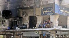 Alltag im Bürgerkrieg: Bewohner eines zerstörten Hauses haben ihr Sofa auf den Balkon geschoben (Aleppo, 1. August 2015)