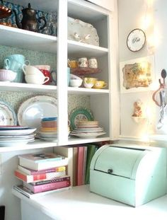 Retro cabinet in a themed kitschen! Perfect for vintage crockery, pots and recipe books! i love the colour of the breadbin! by belinda Vintage Crockery, Vintage Kitchen, Vintage Decor, Vintage Style, Vintage Dinnerware, Vintage Modern, Vintage China, Vintage Inspired, Kitchen Redo