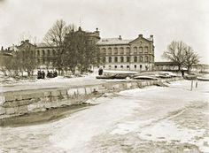 Laiturin nokasta otetussa kuvassa Liisanpuistikon takaa häämöttää Liisankatu 1, jossa nykyään sijaitsee Sotamuseo. Signe Brander 1907.