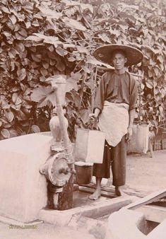 Chinese waterdrager te Medan. Ca 1900