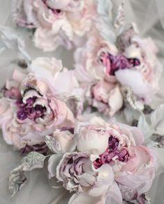 Anfisa Korelova Flowers In Hair, Silk Flowers, Fabric Flowers, Paper Flowers, Ribbon Crafts, Flower Crafts, Flower Art, Fabric Brooch, Handmade Flowers