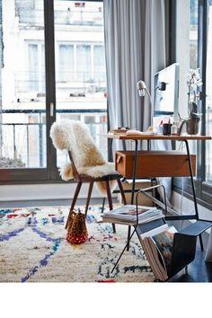 Un tapis berbère coloré dans un bureau