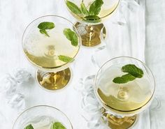 Kan man egentlig få for meget Champagne? Vi tror det ikke, og byder selvfølgelig yndlingsgæsterne velkomne med en frisk, flot og fornem Champagne Mojito.