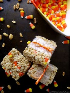 Candy Corn & Peanut Rice Crispy Treats http://www.lifewiththecrustcutoff.com/candy-corn-peanut-rice-crispy-treats/ #candycorn #dessert #recipe