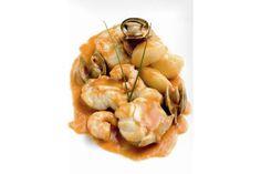 Para la salsa: sofreír en una sartén la cebolla picada. Cuando empiece a estar dorada añadir los tomates picados y la hoja de laurel.