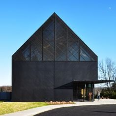 The Wild Turkey Bourbon Visitor Center by De Leon & Primmer Architecture Workshop is part of our on charred timber cladding/ Learn more about the technique and discover unique interpretations from all around the world on the home page by architizer Black Architecture, Architecture Details, Wild Turkey Bourbon, Timber Roof, Timber Cladding, Black House Exterior, Warehouse Design, Contemporary Barn, Dark House