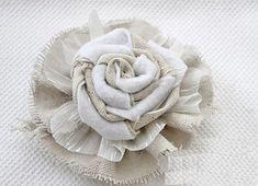 Оригинальные цветы из мешковины непременно оценят любители винтажного стиля. Букеты из таких цветов прекрасно впишутся в любой интерьер.