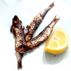 Greetings from #spain . Had some #sardines for lunch and some #great #white #wine #bbq #sardinas #asado #paleo #fish #healthfood #organic #spanishfood #handroastedsalt #themanwiththepan #foodphotography #instafood #instachef #foodies #low #grilled fish #holiday #beachfood #outdoorcooking #seafood #herbsandspices #seasonings