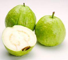 la goyave que l'on trouve en Thailande. J'adore ce fruit. Croquant comme une pomme, juteux et sucré. Les graines à l'intérieure sont très dures mais la chair est tellement délicieuse que le fruit mérite complètement le détour.