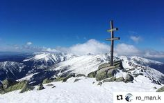 Tak tak hrdosť pri tomto pohľade... a sneh  #praveslovenske od @ro_man.k  #slovakia #tatramountains #landscape #sky #bluesky #clouds #hiking #rocks #peaks #peak #hills #winter #snow #cross #mountains #slovensko  #dumbier
