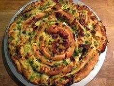Knoblauch-Käse-Brotrad mit Zwiebeln und knusprigem Schinken Rezept #Rezept #Küchenplausch
