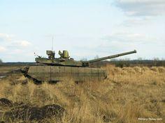 Oplot-M, Ukraine: Đây là phiên bản nâng cấp từ T-84 Oplot theo phong cách phương Tây. Xe được trang bị pháp phản ứng nổ Nozh-2, hệ thống phòng vệ chủ động Zaslon giúp tăng khả năng sống sót trên chiến trường. Oplot-M sử dụng pháo chính 125 mm với khả năng phóng tên lửa chống tăng qua nòng.