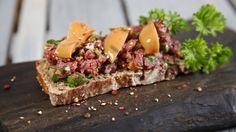 Tatar z byka na żytnim chlebie