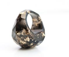 Black Resin Ring Gold Flakes Faceted Cocktail Ring door daimblond, €30.00