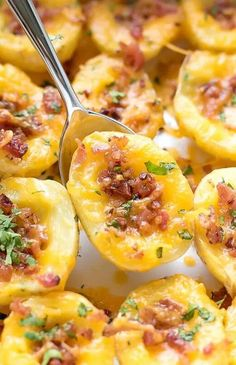 Cheesy Crispy Baked Potato Bites Recipe Cheesy Crispy Baked Potato Bites Recipe - easy to make fun and delicious mini bites great for a side dish appetizer or a light meal. Best Appetizer Recipes, Mini Appetizers, Finger Food Appetizers, Recipes Dinner, Appetizers For Dinner Party, Potato Appetizers, Delicious Appetizers, Christmas Appetizers, Easy Party Recipes