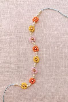 DIY Beaded Daisy Chain Bracelet - Honestly WTF Jewelry Tags, Cute Jewelry, Metal Jewelry, Geek Jewelry, Jewelry Crafts, Daisy Chain, Daisy Daisy, Grandmother Jewelry, Diy Schmuck