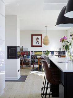 FAVORITTROM: Stuen og kjøkkenet, allrommet, erfamiliens favoritt. Rommet oppleves som lyst og luftig.De spanske barstolene i skinn er kjøpt hos Artelleriet, i Göteborg. Lampene overkjøkkenøya, Bestlite BL 9 XL, er fra Light house company.