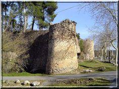 La petite cité fortifiée Varoise de Sillans-la-cascade est une beauté minimale qui offre au touriste curieux un plaisir médiéval intense.