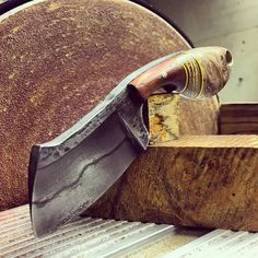 knife making metal Cool Knives, Knives And Tools, Knives And Swords, Messer Diy, Beil, Trench Knife, La Forge, Forged Knife, Forging Knives