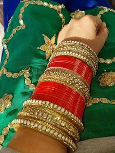 chuda Orange Things z orange do nju Indian Bridal Jewelry Sets, Bridal Bangles, Indian Bridal Outfits, Bridal Accessories, Indian Jewelry, Wedding Chura, Wedding Wear, Wedding Couples, Chuda Bangles