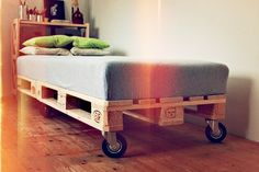 Minimalist bed made from EUR-pallets. Simple but the pallet could become dusty after some time and the crude wood won't allow for easy cleaning. Pallet Beds, Diy Pallet Furniture, Furniture Design, Diy Couch, Diy Bed, Cama Tatami, Sleepover Beds, Deco Studio, Minimalist Bed