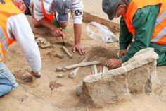 Sie sind mehr als 4400 Jahre alt: Bei Straßenbauarbeiten haben Forscher in Sachsen-Anhalt mehrere Gräber aus der Jungsteinzeit entdeckt. Das Besondere: Die Ruhestätten waren mit Grabsteinen markiert. Alter, Stones