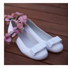 Zapato de comunión de la marca española Manuela De Juan. De venta en www.tiendaspapos.com Forro de ternera, piso toflex, sin tóxicos, ni níquel. Todo HECHO EN ESPAÑA. CONSULTAS Y PEDIDOS EN: cs@tiendaspapos.com ó 96 394 18 98 #zapatos #shoes #niña #kids #children #piel #leather #blanco #calzado #infantil #moda