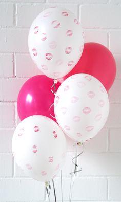 DIY Kisses with love. Last Minute surprise for your favourite person. Und so geht´s: einfarbige weiße Luftballons mit Helium befüllen lassen oder selbst befüllen. Knallroten Lippenstift auftragen und Kuss Kuss Kuss. Get inspired & shop online www.balloon-fantasy.de #kisses #love #surprise #valentinesday #valentinesgift #balloons #diy