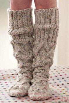 теплые гольфы Knitting Socks, Knitting Stitches, Knitting Patterns, Fluffy Socks, Diy Scarf, Knitted Slippers, Knitwear Fashion, Warm Outfits, Slippers
