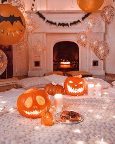 35 Amazing Bedroom Decoration Ideas With Halloween Theme Casa Halloween, Halloween Bedroom, Theme Halloween, Happy Halloween, Halloween Music, Halloween Night, Fall Bedroom Decor, Autumn Cozy, Autumn Fall
