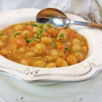 Este guiso de garbanzos con calabaza es un sabor antiguo y casero, con un majado muy especial para espesar la salsa y dar el toque tradicional.