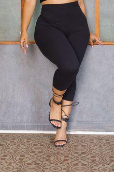 Curvy Fashion, Plus Size Fashion, Perfect Body Girl, Muscular Thighs, Female Torso, Big Thighs, Curvy Models, Yoga Capris, Black Yoga