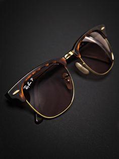 Las Clubmaster son unas gafas de sol de Ray Ban de aspecto retro muy marcado y cuya principal característica es su montura con la mitad superior de pasta y la inferior metálica, y son el complemento perfecto para aquellos que gustan vestir a la última moda y de una forma un tanto desenfadada. En óptica prisma tendrás una gran variedad de colores para que escojas la que mas te guste