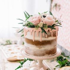 Drip cake com decoração floral para festa de casamento
