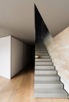 Contemporary design requires large windows, odd shapes, glasses, and comfort. Using contemporary design, you will be able to find the materials required to remodel staircase easily. Contemporary Stairs, Modern Stairs, Contemporary Decor, Interior Stairs, Interior And Exterior, Architecture Details, Interior Architecture, Escalier Design, Stair Handrail