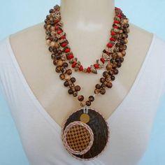 Maxi colar feito de sementes natural pau brasil, jupati, açaí e pingente de coco com palha. R$ 15,00