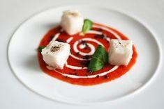 cubi di nasello cotti nel latte e timo su una crema di pomodoro aromatica, polvere di olive e insalata valeriana, di ispirazione allo chef Cannavacciuolo