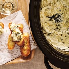 Trempette chaude aux artichauts | Ricardo Crockpot Dishes, Crock Pot Slow Cooker, Slow Cooker Recipes, Keto Recipes, Appetizer Dips, Appetizers For Party, Beach Meals, Spinach And Cheese, Finger Foods