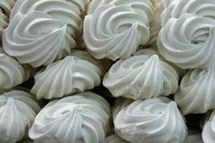 How to make sugar-free meringue. There are a wide variety of sugar-free recipes suitable for both people with diabetes and those on a diet. Sugar-free desserts are becoming increasingly. Sugar Free Desserts, Sugar Free Recipes, Yuca Al Mojo, Decoration Patisserie, Meringue Powder, Meringue Cookies, Cinnamon Powder, Food Categories, Disney Food